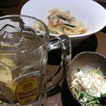 坐・和民 - ハイボールとお通しの漬物、アボガド入りのポテトサラダ