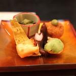 なだ万 - 旬菜 (筍ライスコロッケ 木の芽ネーズ、飯蛸桜煮、蚕豆挟み揚げ、花山椒 赤貝酢浸し、畳鰯チーズ挟み)