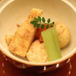 なだ万 - 煮物 (筍土佐煮・・・鯛の子 新馬鈴薯 蕗 桜人参 木の芽)