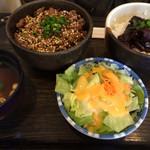 菜の花亭 - ミニ仲良し丼(サラダ、味噌汁、漬物付)これは牛網焼丼とどて煮丼の大盛。880円。大盛は無料