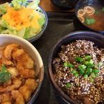 菜の花亭 - ミニ仲良し丼(サラダ、味噌汁、漬物付)お好きな丼を2つ選んで880円。これは牛網焼丼とエビかきあげ丼