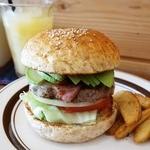 MAD BURGER - 【MAD BURGER】ABCバーガー(1,600円)はアボカド、ベーコン、チーズがサンドされています