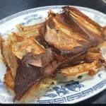 中華料理 哲ちゃん - 料理写真:迫力の餃子三人前! ええ一人前7個?嫁様と息子と三人でバクバク。王将っぽく見えるけど、どちらかというと眠眠の餃子に近いかなあ。結構アッサリだけどパンチがないわけじゃないな!ええがな ¥200。セール中で通常¥250。