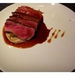 La Serre - メインも「鴨」または「サーロインステーキ」から選べますので「サーロイン」を。  盛り付けが面白い。初めて見ましたよ、この盛り付け・・