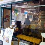 大衆イタリア食堂 アレグロ 塚口駅前店 - お店の概観です。全面ガラス張りになっています。中がよく見えます。店前には雑誌に掲載された本が飾ってありました。