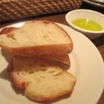 洋食酒場 フライパン - お通しのパン