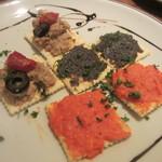 洋食酒場 フライパン - カナッペ 豚バラリエット、赤ピーマンのムース、タプナード