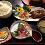 新鮮処 魚里 - 合わせ定食(カレイの煮付け)、ごはん大盛り 1100円