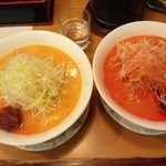 佐野家 - 左が「辛くない?担タン麺」右が普通の「担タン麺」