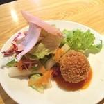 渋谷イタリアン ズッカ - ランチのサラダにライスコロッケが付いています♡