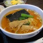 中国料理 虎 - 半ラーメン。飲み飽きない味のスープの中華そばでした