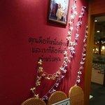 ティーヌン 川崎ダイス店 - タイって感じですよね。壁に何て書いてあるのかは...読めません。(笑)