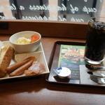 カフェ・ド・クリエ - 料理写真:いろいろあるモーニングセットから、ウインナーのプレートをチョイスしました、アイスコーヒー付きで400円です