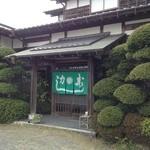 力寿司 - 手入の行き届いた庭木の外観、なかも ゆったり。