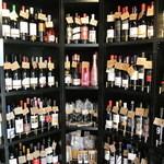 ル・パサージュ - 店内は至る所、ワイン・ワイン・ワイン