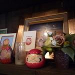 だるま珈琲 - 飾り棚にダルマさんが並んでいます。