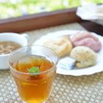 ハナカフェ - さんぴん茶に庭で摘んだミントを浮かべてみた