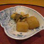 千松しま - 西貝にはアクセントとして生姜の茎わかめが挟んでます。