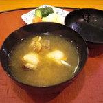 千松しま - いたや貝の味噌汁と香の物。