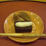 千松しま - アケビの甘露煮と香煎(麦こがし)の和菓子。