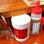 高江洲そば  - 紅生姜、コーレーグース