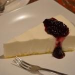 コーヒー乱歩° - レアチーズケーキ(ブルーベリーソース付) 320円。