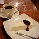 コーヒー乱歩° - コーヒー 420円。レアチーズケーキ(ブルーベリーソース付) 320円。