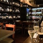 beer & wine厨房 tamaya - 壁にワインずらり