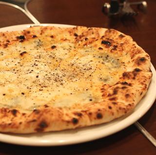 プッチー - クアトロフォルマッジ 蜂蜜かけ (4種類のチーズ、トマトソースなし)