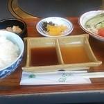 るーらる - ご飯、サラダ、味噌汁、小鉢(魚のあらだき)