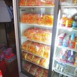 小峰商店 - お土産用の焼そばの麺がたくさん冷蔵庫に入ってました