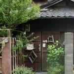 ロジカフェ - 大昔、子供の頃にご近所にあったみたいな古民家の入口。良い感じなんです。。。でもね、(T_T)でしたわ。