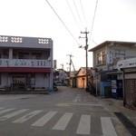 26342187 - 左の建物がそれ。飲み屋街の入口にある。