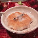 カハラ - 海老が入った、加賀レンコン餅、上にのせているが山形県のタイム塩