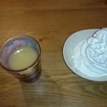 ファンキービーツーガーデン - パンケーキにかけるホワイトソースとホイップクリーム