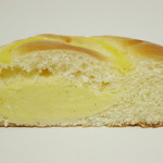 ベーカリーチロル - カスタードクリームパン《バニラビーンズ入》(断面、2014年3月)