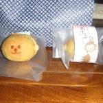26350055 - 2014.4.15新発売の「山王さんのおさるさん」神戸町の日吉神社所縁の三猿に因んだ命名のようで、町特産の小松菜を混ぜ込んだしっとりしたやさいい味わいのスポンジケーキです。