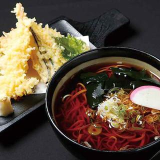 温かいかけそばに天ぷら盛合せが付く天ぷらそばが人気。