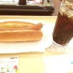 ドトールコーヒーショップ - 午後は通院のため、半休。お昼はジャーマンドッグとアイスコーヒー。 (´◡`๑)