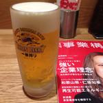 大阪王将 代官山店 - 一番絞り生@520円 色んな雑誌が置いてある。