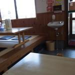 麺屋 信 - 清潔な店内
