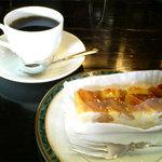 こんぱる 本店 - ケーキは、りんごのタルトにしました。 コーヒーには別添えでステンレスの器に入ってるミルクと砂糖。 こーゆーのも昭和っぽいですね。