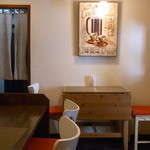 パスタコーヴォ - こじんまりした店内 絵がたくさん飾られていて温かい雰囲気☆♪