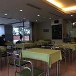 JUN - 四人掛けテーブルが、13くらいある広いスペース