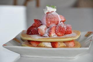 カフェ・フェロー - いちごのパンケーキ