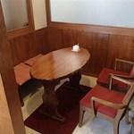 アジ カフェ - 各テーブルは仕切られた空間になっています