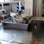 鈴 - 味噌汁の入った鍋を、お湯を張った器にて保温です