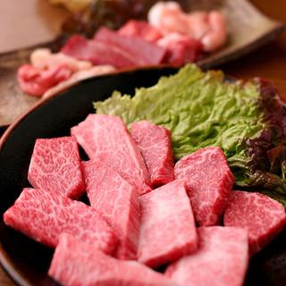 希少部位から最高部位まで炭火で本格焼肉を味わってください。