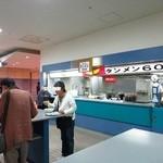 みよしタンメン - レースの合間にタンメンを立ち食いで食す人々