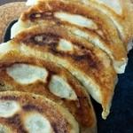 26396740 - テイクアウトの焼き餃子。程良く厚い皮が美味しい。